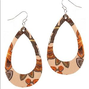 Flower pattern teardrop earrings